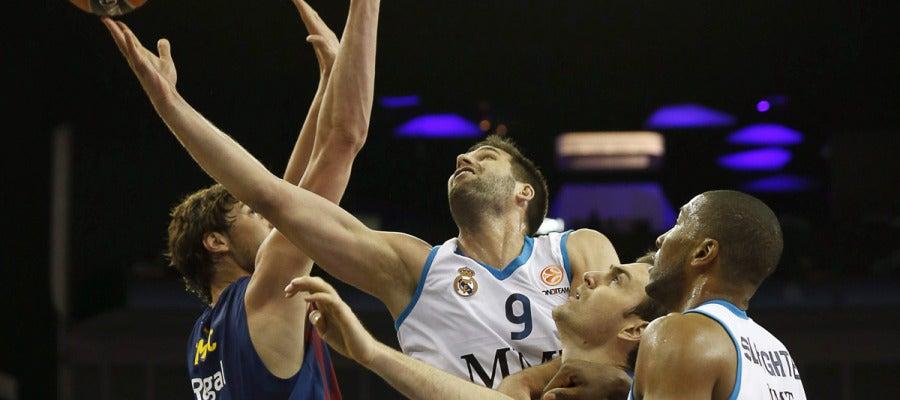 Reyes penetra a canasta ante la defensa del Barcelona