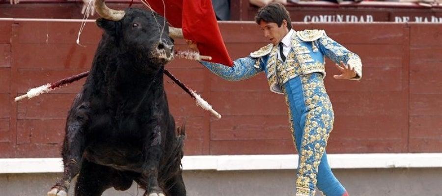 El diestro galo Sebastián Castella durante la faena a su segundo toro