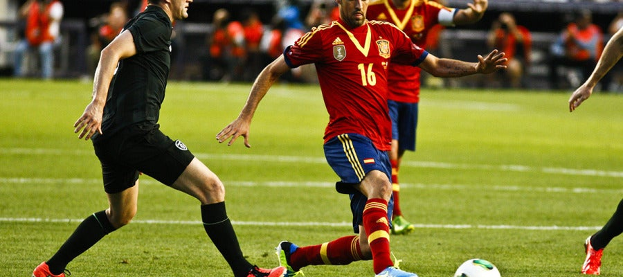 Sergio Busquets pelea por el balón con Robbie Keane.