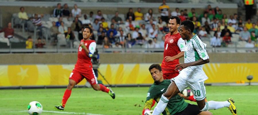 Nnamdi Oduamadi anota un gol ante Tahití