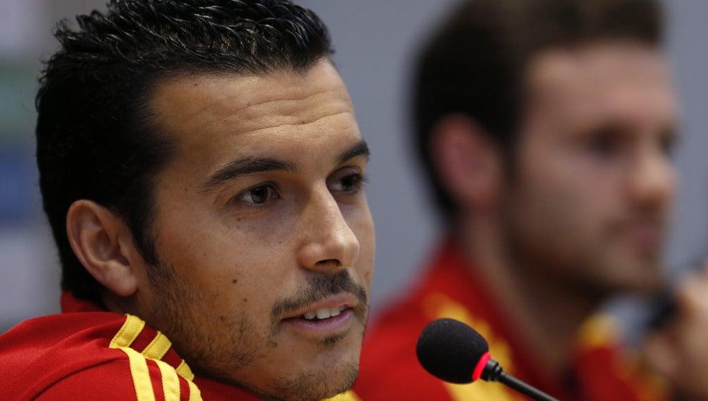Pedro junto a Mata en rueda de prensa