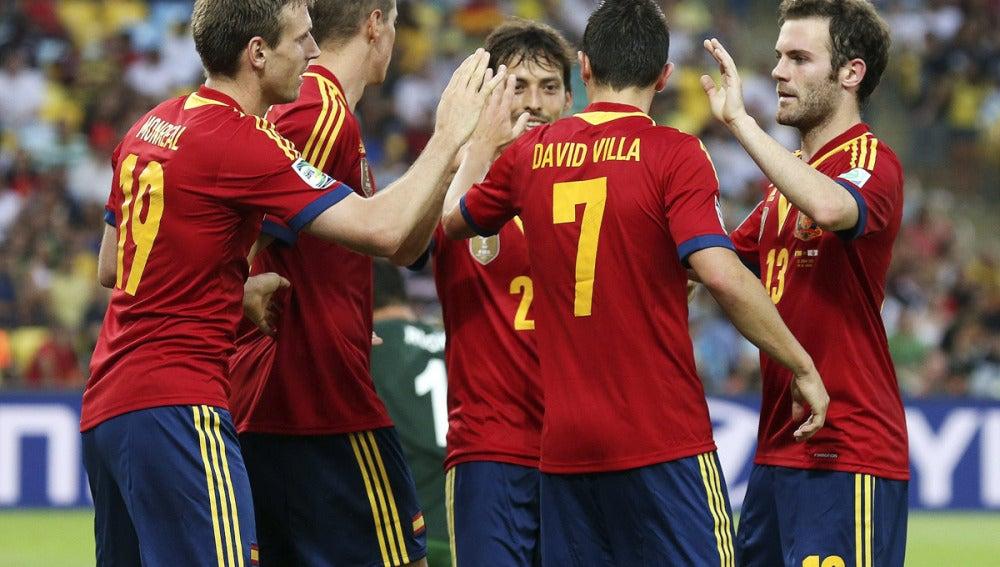 Villa celebra un gol junto a sus compañeros