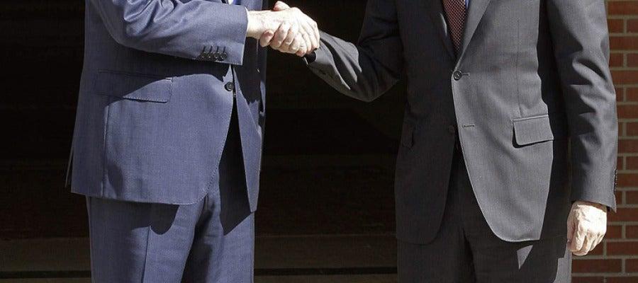 Rajoy y Rubalcaba se saludan en La Moncloa