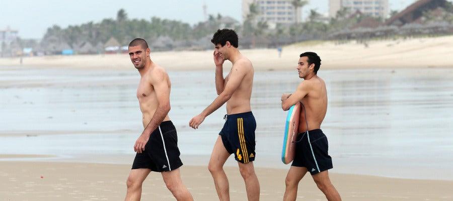 Valdés, Javi Martínez y Pedro, en la playa de Fortaleza