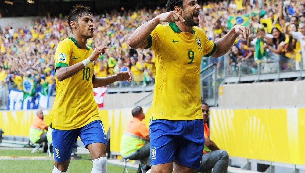 Fred celebra el primer gol junto a Neymar