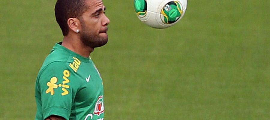 Alves controla un balón en el entrenamiento