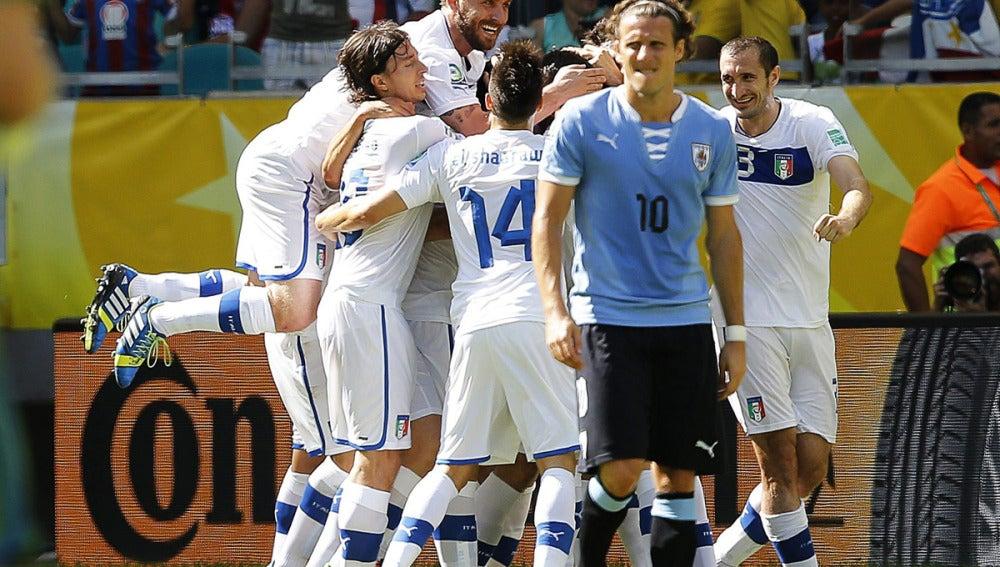 Los jugadores italianos celebran un gol junto a Forlán