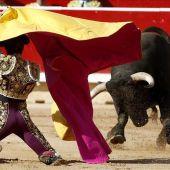 El torero sevillano Manuel Escribano recibe a porta gayola a su primer toro