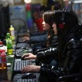 Varias personas utilizan los ordenadores de un cibercafé para conectarse a Internet en Pekín