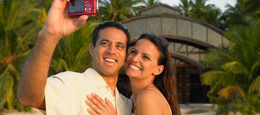 Una joven pareja se saca una fotografía.