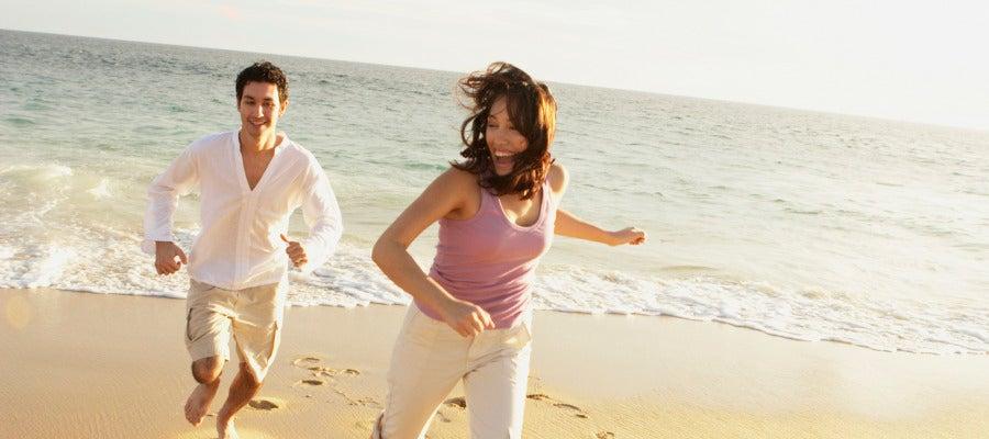Una pareja corre en la playa