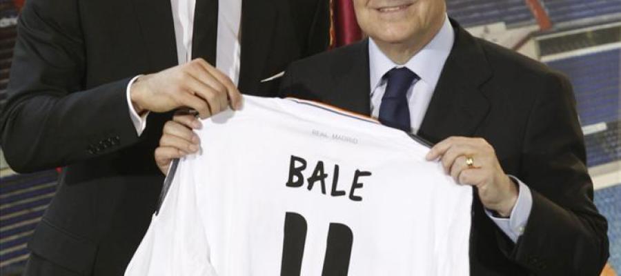 Bale posa con su nueva camiseta.