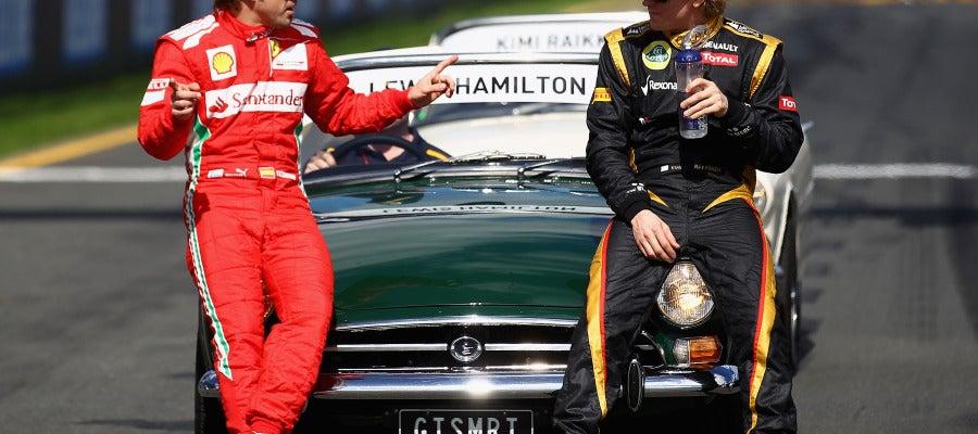 Fernando Alonso conversa con Kimi Raikkonen