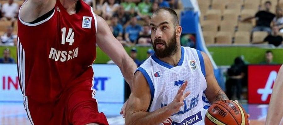 El jugador de Grecia Vassilis Spanoulis disputa un balón con Alexey Savrasenko de Rusia.