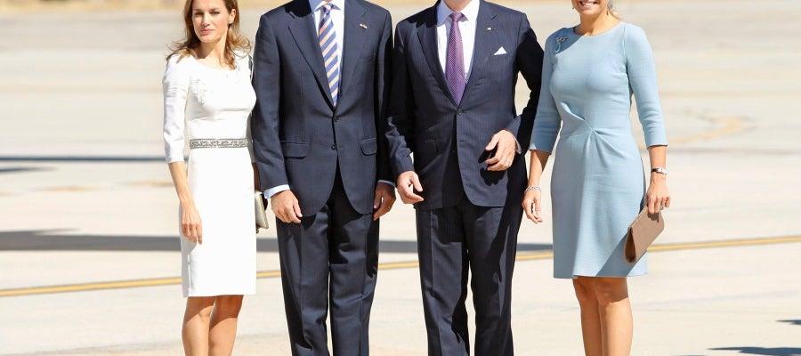 Don Felipe y Doña Letizia han acogido con los brazos abiertos a los Reyes de Holanda en el aeropuerto de Torrejón de Ardoz