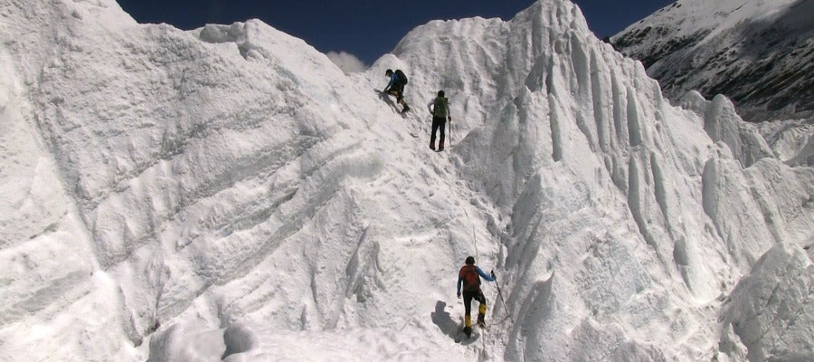 Estos enormes bloques de hielo constituyen un glaciar que supone un esfuerzo físico admirable para la Expedición BBVA.