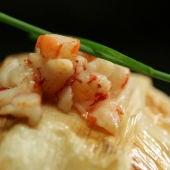 Merluza rellena de carabineros envuelta en puerro crujiente y salsa americana de carabineros