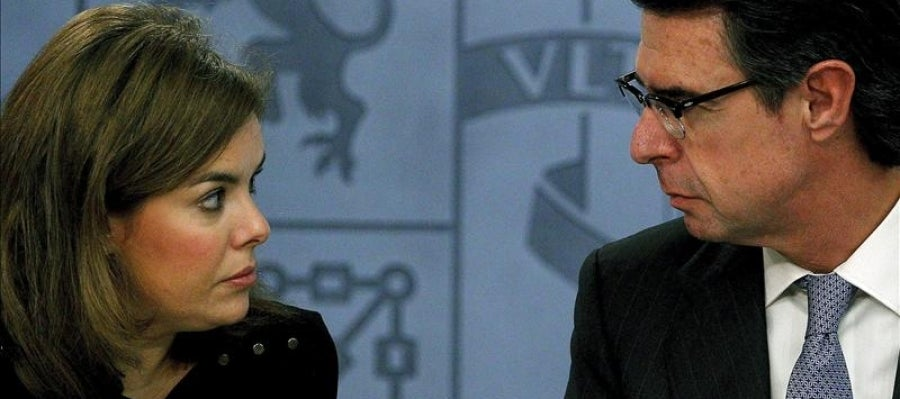 La vicepresidenta del Gobierno, Soraya Sáenz de Santamaría y  el ministro de Industria, Energía y Turismo, José Manuel Soria