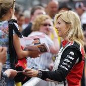 María de Villota firma autógrafos en el GP de Mónaco 2012