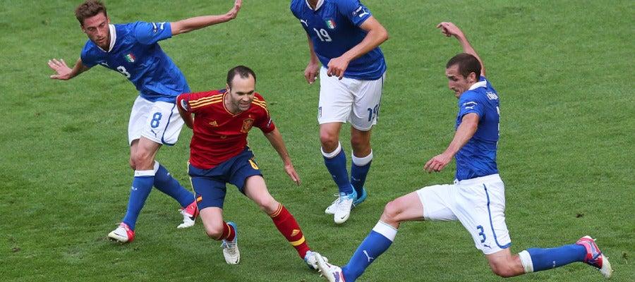 Iniesta rodeado de jugadores italianos