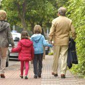 Unos abuelos acompañan a sus niestos al colegio.