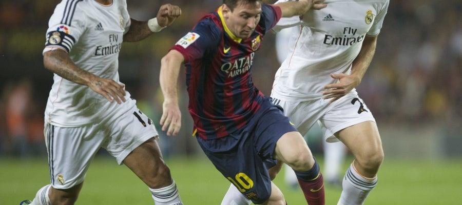 Messi pelea un balón ante Marcelo e Illarramendi