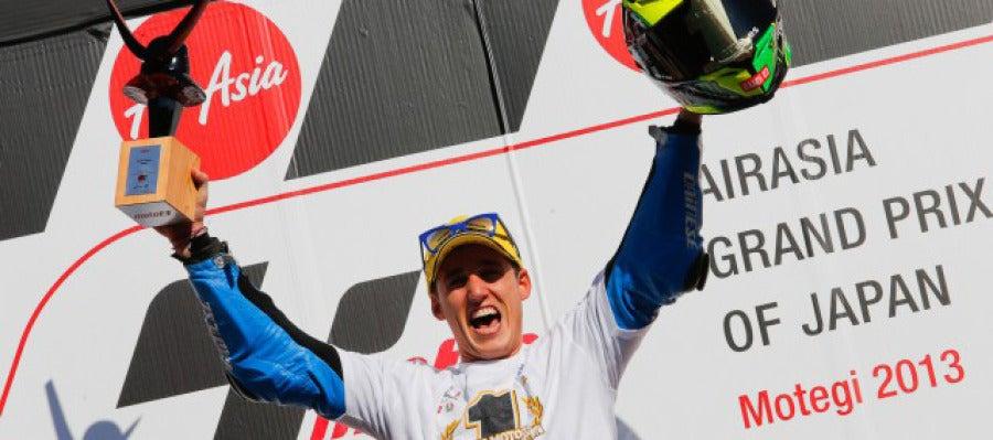 Pol Espargaró celebra el triunfo en el GP de Japçon que le proclama campeón del mundo de Moto 2