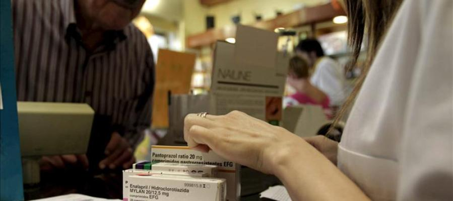 Un hombre adquiere varios medicamentos en una farmacia