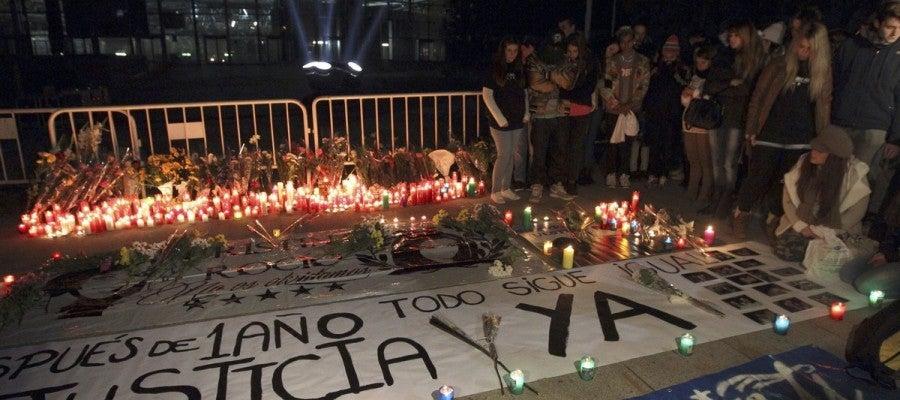 Familiares y amigos rezan en la vigilia a las puertas del Madrid Arena
