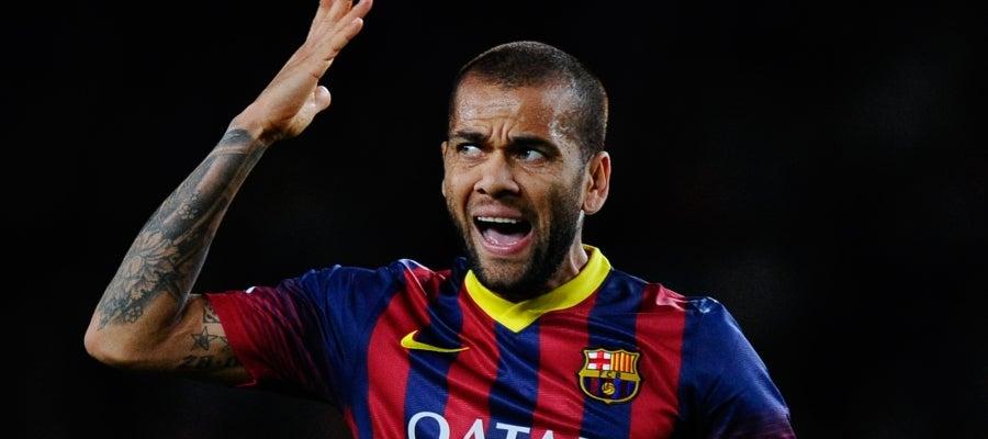 Dani Alves en un choque con el Barça