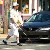 Persona invidente cruza delante de un coche