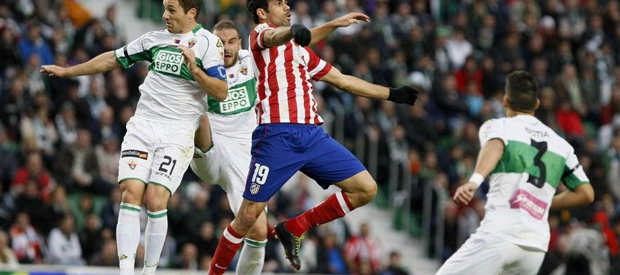 Diego Costa pelea un balón ante los jugadores del Elche en el partido de la primera vuelta