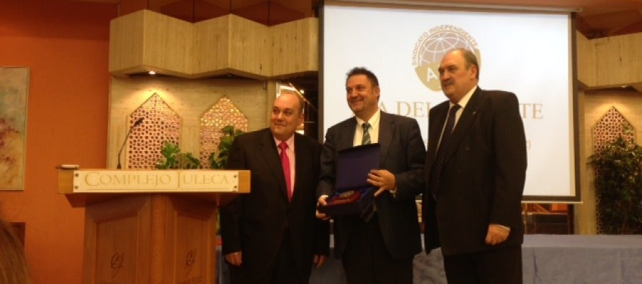 """Presidente de ANPE entrega el premio al director de Onda Cero """"Tierras de Jaén"""""""