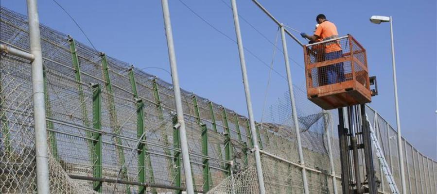Operarios en la doble valla de Melilla