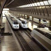 Unos trenes AVE permanecen estacionados