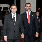 Mariano Rajoy y el Príncipe a su llegada a Sudáfrica
