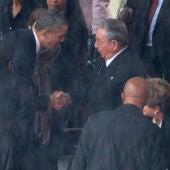 Obama y Raúl Castro se dan la mano