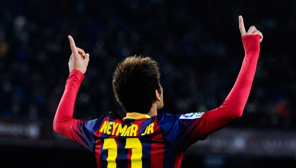 Neymar apunta con sus dedos al cielo