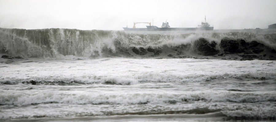 Una ola rompe contra la costa, en el municipio de Pontedeume, en Galicia.