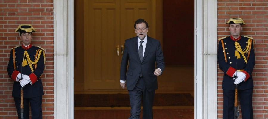 Mariano Rajoy, sale del Palacio de la Moncloa para recibir al presidente de la Comisión Europea