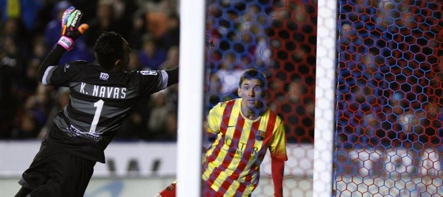 Messi se topa con Keylor Navas