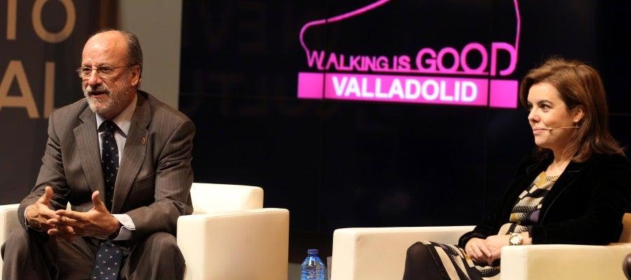 El alcalde de Valladolid, Javier León de la Riva, junto a la vicepresidenta del Gobierno, Soraya Sáez de Santamaría, durante la presentacion de la oferta turística de Valladolid en Fitur