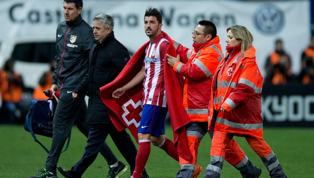 David Villa se retira del campo por lesión