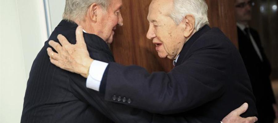 El Rey durante el encuentro con el expresidente de Portugal Mario Soares.