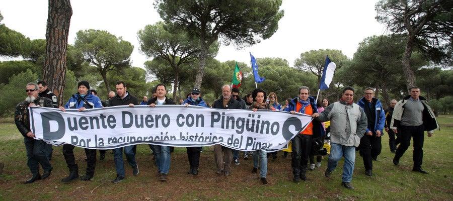 Manifestación por la continuidad de Pingüinos en Puente Duero en la que participa el alcalde de Valladolid, Javier León de la Riva