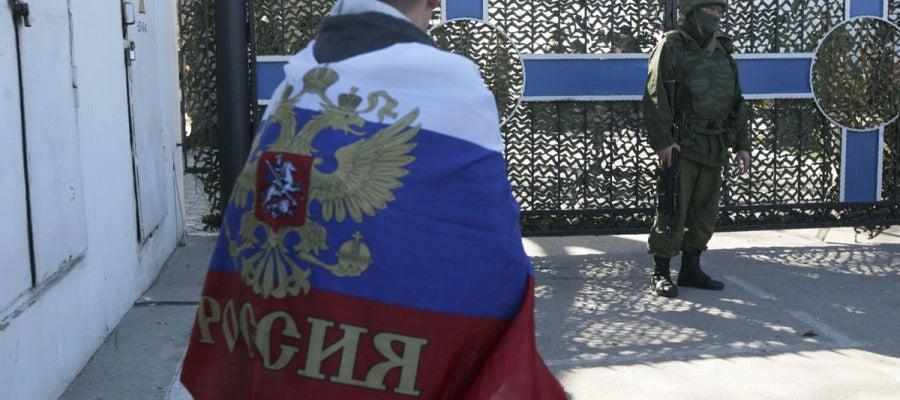 Un hombre con bandera rusa en la base de la Fuerza Naval ucraniana de Sebastopol