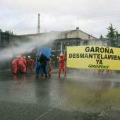 Greenpeace se despliega en Garoña para exigir el desmantelamiento de la central nuclear.