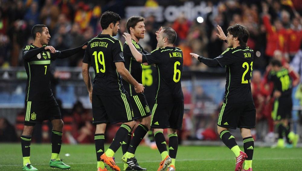 Diego Costa celebra la victoria junto a Xabi Alonso, Iniesta, Silva y Thiago