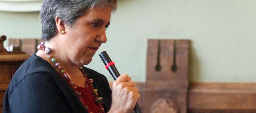 La presidenta de la Federación de Asociaciones Vecinales, María José Larena, interviene en el pleno extraordinario