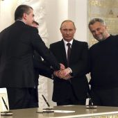 Putin estrecha las manos de los líderes de Crimea